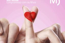 compromisso do casal com a saúde para engravidar. Foto de mão de casal com dedos pintados em forma de coração